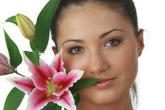 Retrato de la mujer joven con lilly imagenes de archivo