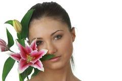 Retrato de la mujer joven con lilly la flor fotografía de archivo