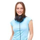 Retrato de la mujer joven con los auriculares - aislados en blanco Imagen de archivo libre de regalías