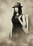 Retrato de la mujer joven con los bolsos de compras Fotografía de archivo