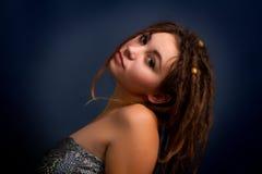 Retrato de la mujer joven con los dreadlocks contra un backgrou oscuro Imagenes de archivo