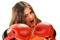 Retrato de la mujer joven con los guantes de boxeo rojos Imagen de archivo libre de regalías