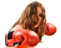 Retrato de la mujer joven con los guantes de boxeo rojos Fotografía de archivo