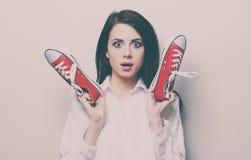 Retrato de la mujer joven con los gumshoes Fotos de archivo libres de regalías