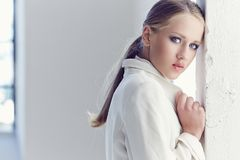 Retrato de la mujer joven con los ojos azules Imagen de archivo