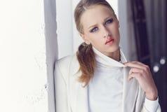 Retrato de la mujer joven con los ojos azules Fotos de archivo libres de regalías