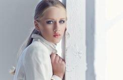 Retrato de la mujer joven con los ojos azules Fotografía de archivo
