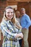 Retrato de la mujer joven con los padres en casa imágenes de archivo libres de regalías