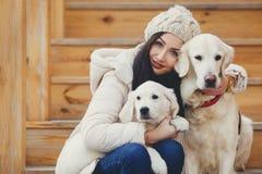 Retrato de la mujer joven con los perros preferidos Foto de archivo