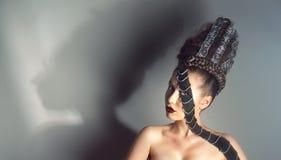 Retrato de la mujer joven con maquillaje creativo fotos de archivo