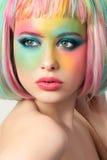 Retrato de la mujer joven con maquillaje divertido fotos de archivo