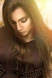 Retrato de la mujer joven con sol Imágenes de archivo libres de regalías