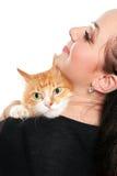 Retrato de la mujer joven con un gato rojo. Aislado Imagenes de archivo