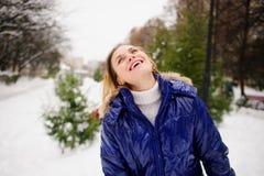 Retrato de la mujer joven contra el fondo un paisaje del invierno Imagen de archivo libre de regalías