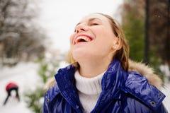 Retrato de la mujer joven contra el fondo un paisaje del invierno Imagenes de archivo