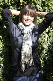 Retrato de la mujer joven contra las hojas verdes fotografía de archivo libre de regalías