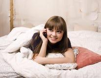 Retrato de la mujer joven de la belleza en su sitio Fotos de archivo