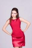 Retrato de la mujer joven de moda en alineada roja Foto de archivo