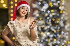 Retrato de la mujer joven decepcionada que sostiene el regalo de la Navidad Fotos de archivo libres de regalías
