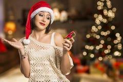 Retrato de la mujer joven decepcionada que sostiene el regalo de la Navidad Imagen de archivo libre de regalías