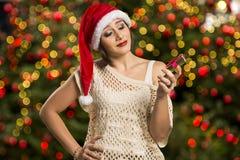 Retrato de la mujer joven decepcionada que sostiene el regalo de la Navidad Imágenes de archivo libres de regalías