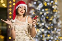 Retrato de la mujer joven decepcionada que sostiene el regalo de la Navidad Fotografía de archivo
