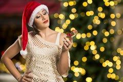 Retrato de la mujer joven decepcionada que sostiene el regalo de la Navidad Foto de archivo libre de regalías