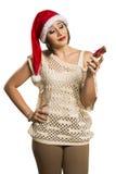 Retrato de la mujer joven decepcionada que sostiene el regalo de la Navidad en w Foto de archivo libre de regalías