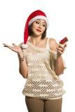 Retrato de la mujer joven decepcionada que sostiene el regalo de la Navidad en w Fotos de archivo libres de regalías
