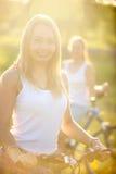 Retrato de la mujer joven del ciclista lindo Foto de archivo libre de regalías