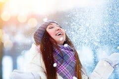 Retrato de la mujer joven del invierno Belleza Girl modelo alegre que aumenta las manos, haciendo girar y riendo, divirtiéndose e Imagen de archivo