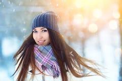 Retrato de la mujer joven del invierno Belleza Girl modelo alegre que ríe, divirtiéndose en parque del invierno Mujer joven hermo Fotografía de archivo libre de regalías