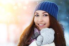 Retrato de la mujer joven del invierno Belleza Girl modelo alegre que ríe, divirtiéndose en parque del invierno Mujer joven hermo Imágenes de archivo libres de regalías