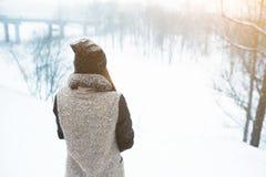 Retrato de la mujer joven del invierno Belleza Girl modelo alegre que ríe y que se divierte en parque del invierno Mujer joven he Fotos de archivo