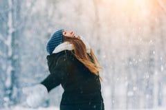 Retrato de la mujer joven del invierno Belleza Girl modelo alegre que ríe y que se divierte en parque del invierno Mujer joven he Imagenes de archivo