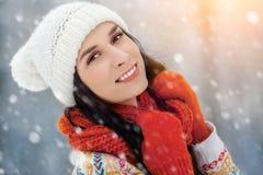 Retrato de la mujer joven del invierno Belleza Girl modelo alegre que ríe y que se divierte en parque del invierno Mujer joven he Fotos de archivo libres de regalías