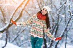 Retrato de la mujer joven del invierno Belleza Girl modelo alegre que ríe y que se divierte en parque del invierno Mujer joven he Imágenes de archivo libres de regalías