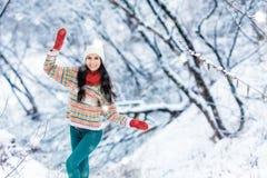Retrato de la mujer joven del invierno Belleza Girl modelo alegre que ríe y que se divierte en parque del invierno Mujer joven he Fotografía de archivo libre de regalías