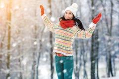 Retrato de la mujer joven del invierno Belleza Girl modelo alegre que ríe y que se divierte en parque del invierno Mujer joven he Imagen de archivo