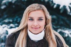 Retrato de la mujer joven del invierno Belleza Girl modelo alegre que ríe y que se divierte en parque del invierno Mujer joven he fotografía de archivo