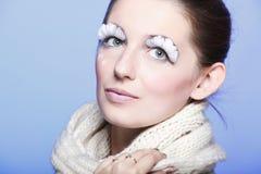Retrato de la mujer joven del invierno con las pestañas blancas Imagen de archivo