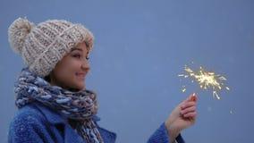 Retrato de la mujer joven del invierno con luz de un fuego ardiente almacen de metraje de vídeo