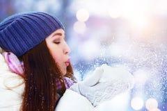 Retrato de la mujer joven del invierno Nieve que sopla de la muchacha del invierno Belleza Girl modelo adolescente alegre que se  Imagen de archivo libre de regalías
