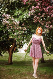 Retrato de la mujer joven del pelirrojo al aire libre Fotos de archivo