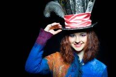 Retrato de la mujer joven del smilimg en la similitud del sombrerero fotos de archivo libres de regalías