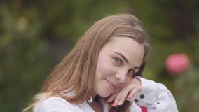 Retrato de la mujer joven despreocupada bonita con diversos ojos coloreados que miran la cámara dentro Mujer cauc?sica feliz metrajes