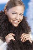 Retrato de la mujer joven elegante que disfruta de invierno Imagenes de archivo