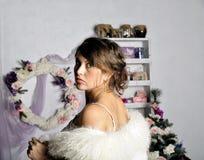 Retrato de la mujer joven embarazada hermosa cerca de un árbol de navidad Foto de archivo libre de regalías