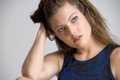 Retrato de la mujer joven en alineada azul Fotos de archivo