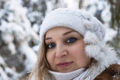 Retrato de la mujer joven en bosque del invierno Imágenes de archivo libres de regalías